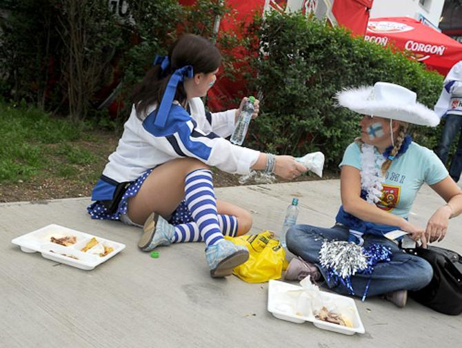 Болельщицы сборной Финляндии устроили пикник на обочине.