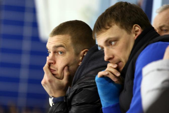 Андрей Макров (справа) чуть ногти не съел, с трибуны наблюдая за своей командой в плей-офф ОЧБ.