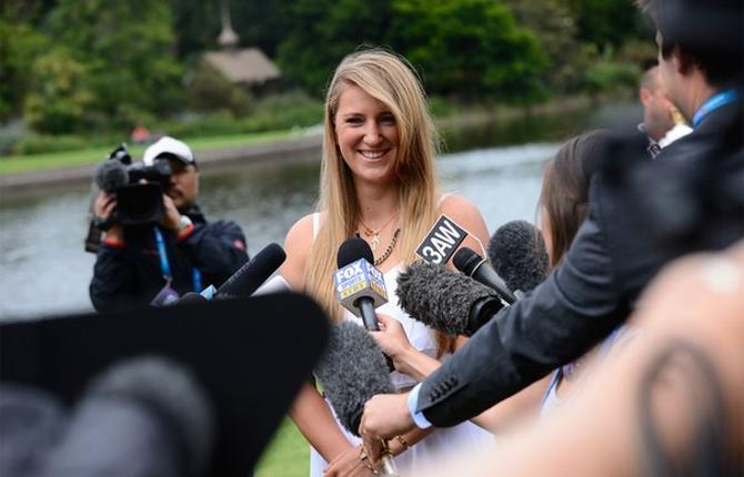 После победы на Открытом чемпионате Австралии Виктория Азаренко улыбалась журналистам, хотя по ходу турнира ей немало доставалось от масс-медиа