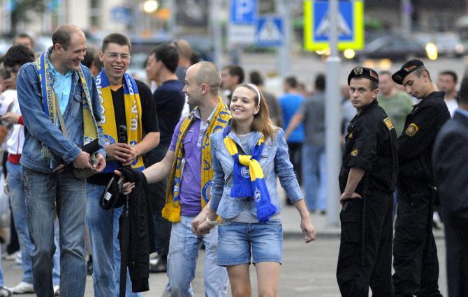 На матч болельщики собирались в хорошем настроении.