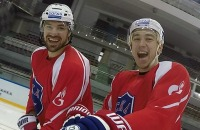Вазелин, Челяба и четкие парни. Как веселятся хоккеисты СКА на тренировке