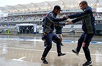 Как «Формула-1» развлекала болельщиков во время дождя