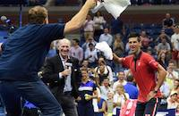 Джокович танцует с фанатом