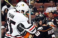 Хоккеист «Чикаго» забивает головой во втором овертайме