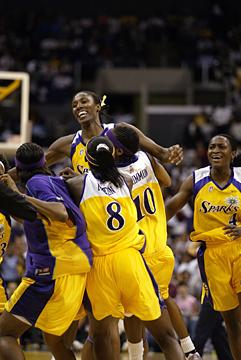 7 баскетболисток, забивавших сверху