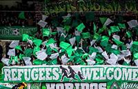 Немецкие фанаты приветствуют беженцев
