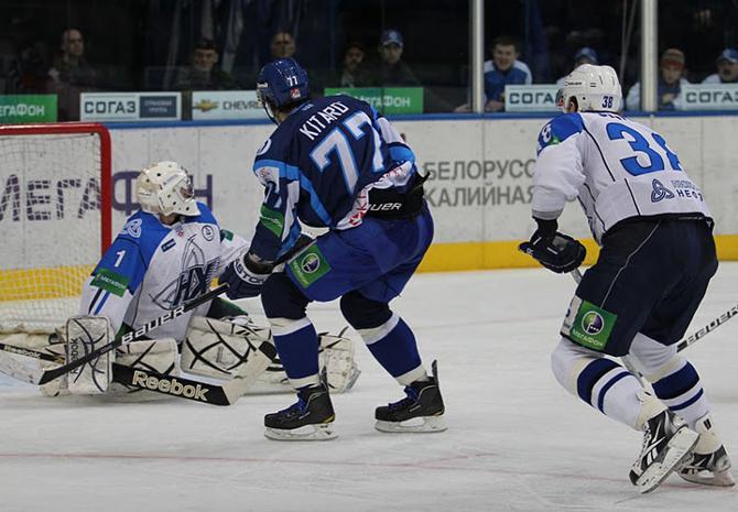 Александр Китаров забрасывает первую шайбу в КХЛ
