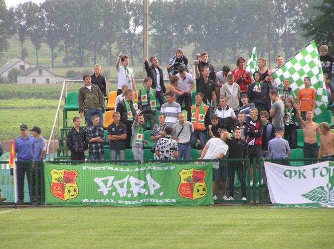 Первая лига -- неповторимый антураж. Фото со стадиона в Городее