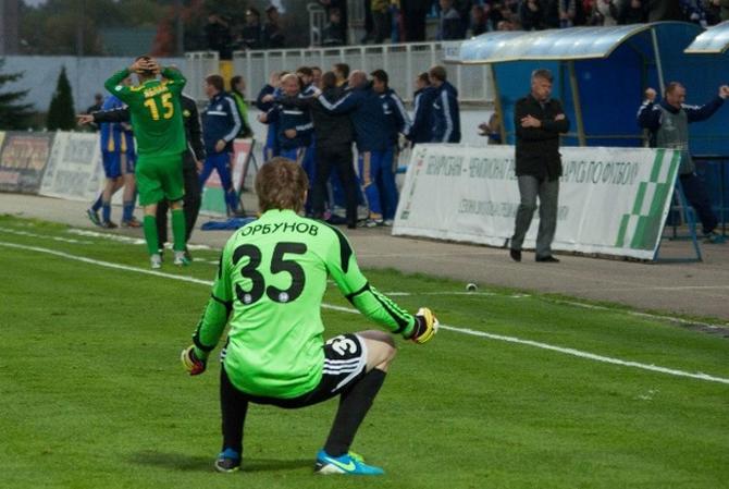 Андрей Горбунов радуется виктории, которую удалось вырвать на последних секундах матча