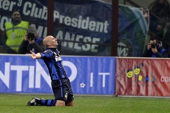 Эстебан Камбьяссо празднует свой гол на финише матча с