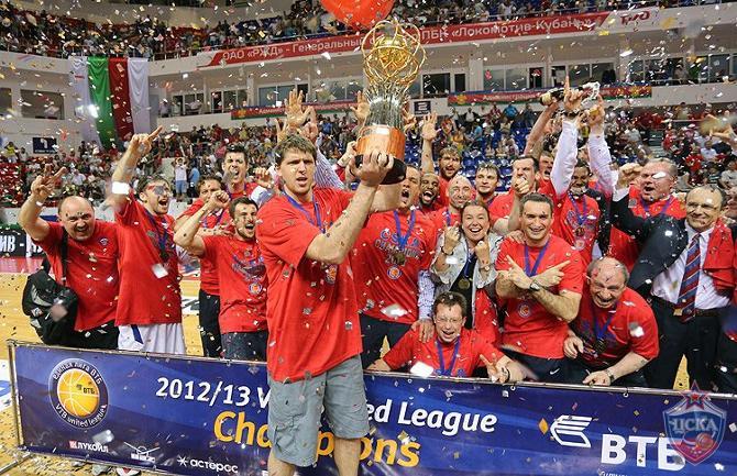 Виктор Хряпа и компания радуются очередному трофею