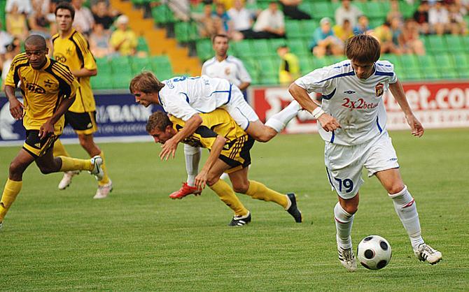 С мячом -- Виталий Леденев. Как раз в матче против