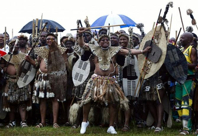 Президент ЮАР Джейкоб Зума (в центре) всем видом показывает, что страшиться в его стране нечего.