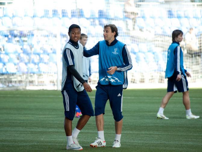 Португальская речь периодически звучит на поле, хоть тренер и запрещает Брессану с Майконом говорить на родном языке