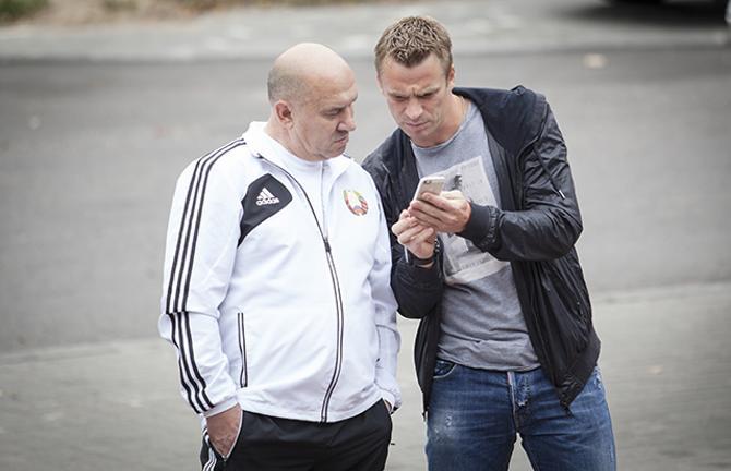 Сергей Корниленко что-то показывает Георгию Кондратьеву на своем телефоне
