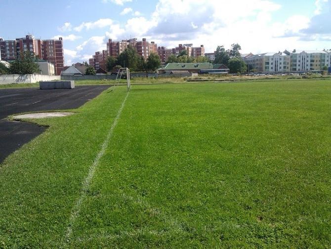 Вот на этом стадионе начинают делать первые шаги пинские футбольные таланты.