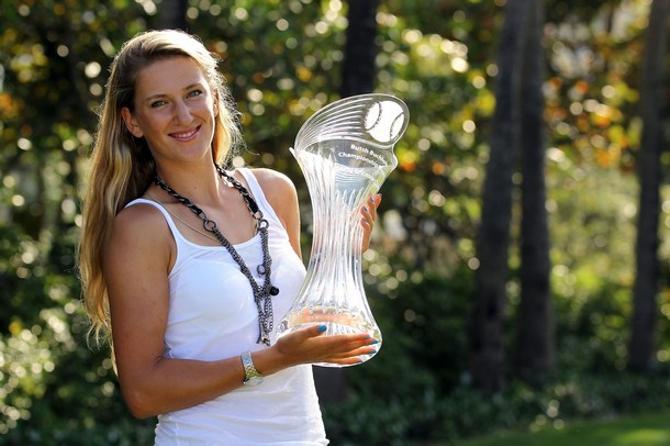Виктория Азаренко позирует с трофеем.