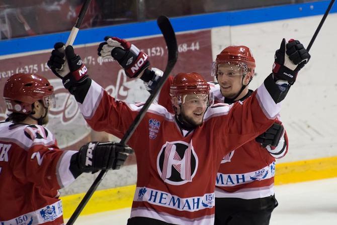 Александр Усенко считает (на фото — на переднем плане), что молодые игроки должны  пробиваться во взрослом хоккее безо всяких лимитов
