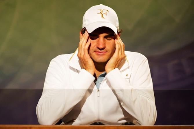 Роджер Федерер внимательно слушает здравницы в свой адрес.