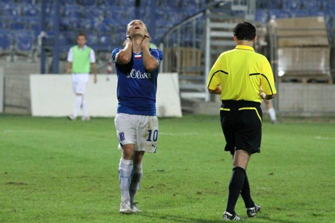 Сергей Кривец только что не забил пенальти. К счастью, этот промах не стал фатальным