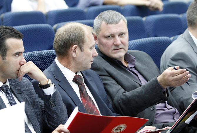 Леонид Фатиков (крайний справа) считает, что руководство «Беларуськалия» не шибко разбирается в организации хоккейного хозяйства