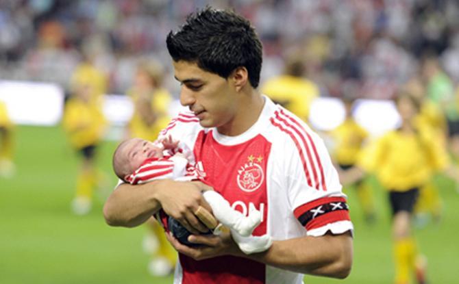 Луис Суарес с новорожденной Дельфиной прямо после одного из матчей «Аякса».