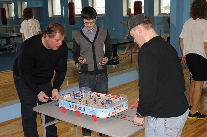 С женами Евгений Попихин и Петр Ярош в настольный хоккей не поиграли бы.