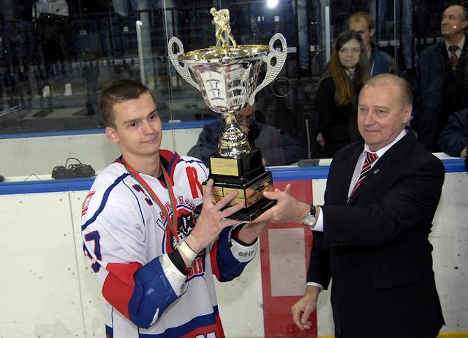 Никита Осипов принимает первый трофей сезона из рук Евгения Ворсина. Как оказалось, это было только начало.