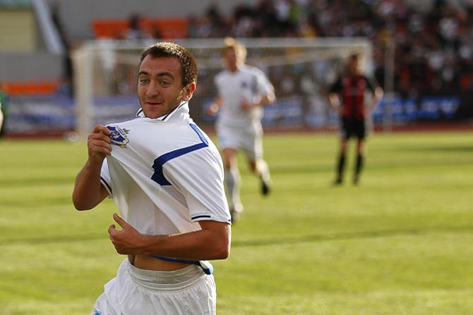 Антон Матвеенко радуется своему голу.