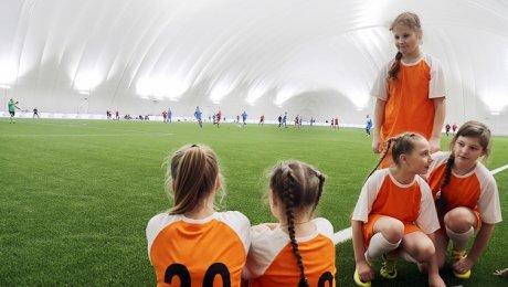 В Беларуси активно открывают футбольные манежи, но они все равно в одну калитку проигрывают ледовым дворцам