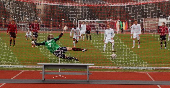 Подтягивание Гущенко на перекладине не помешало Цевану забить гол с пенальти, который вызвал немало споров