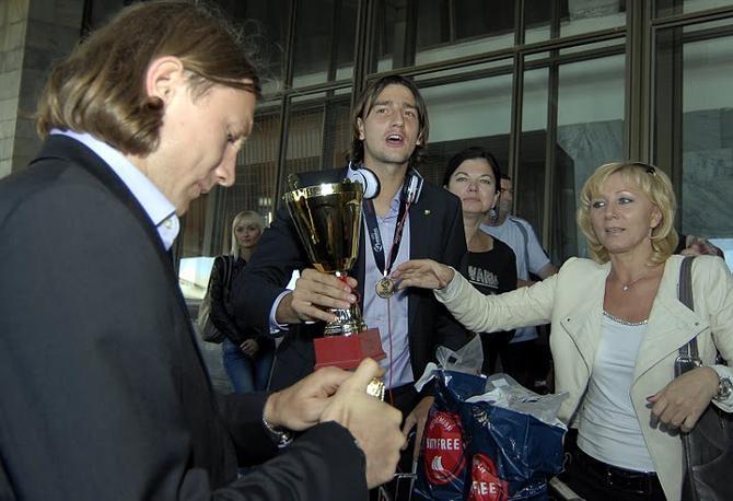 Михаил Сиваков -- на разливе, а Егор Филипенко -- с солидным бокалом в руках
