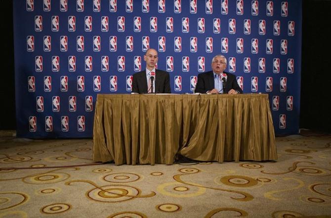 Для комиссионера НБА Дэвида Стерна (справа) наступили тяжелые деньки.