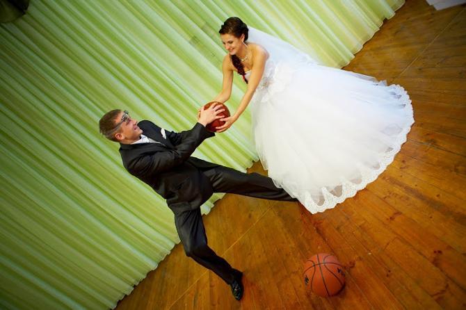 Цепкие руки Татьяны Цирулёвой не отдают мяч даже супругу.