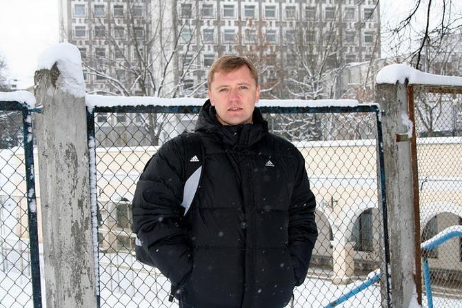 Игорь Горелов на фоне футбольной альма-матер.