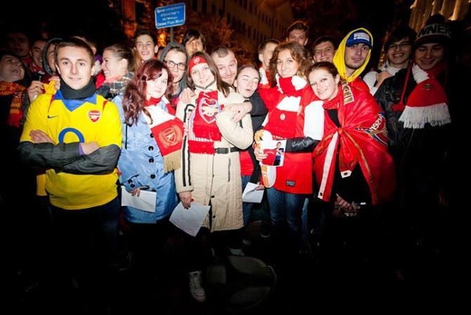 На встречу испанцев собралось на удивление много белорусских поклонников