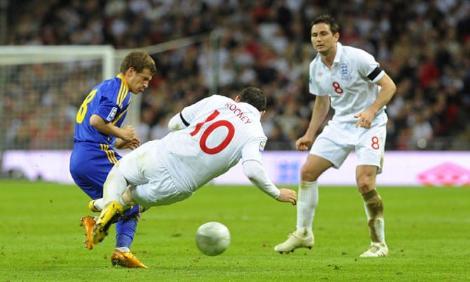 В матче со сборной Украины Уэйн Руни чуть не сломал ногу Александру Алиеву.