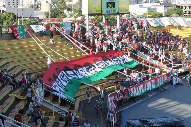 На трибунах стадиона в Волта Редонда во время полуфинального матча Кубка Рио между командой хозяев и «Флуминенсе».