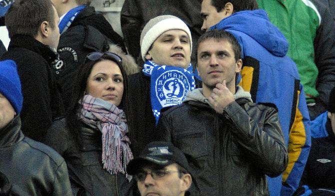 Будущая чета Мараховских наблюдает за футболом вместе с простыми болельщиками