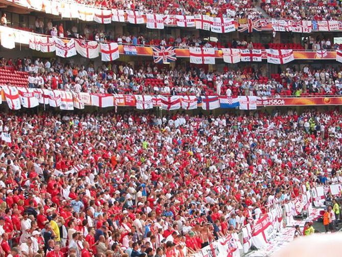 Даже в Англии с английским флагом пустят не на каждый стадион