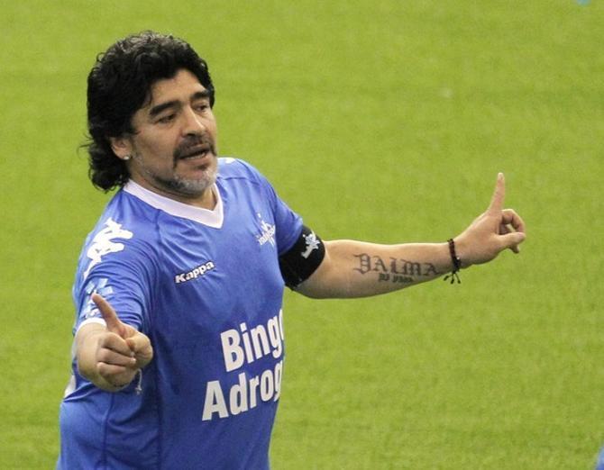 Диего Марадона дирижировал своими партнерами, как в былые годы.