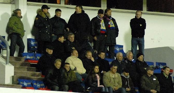 В VIP-ложе Капский предпочитает верхний ряд, так как практически весь матч стоит и не хочет мешать другим