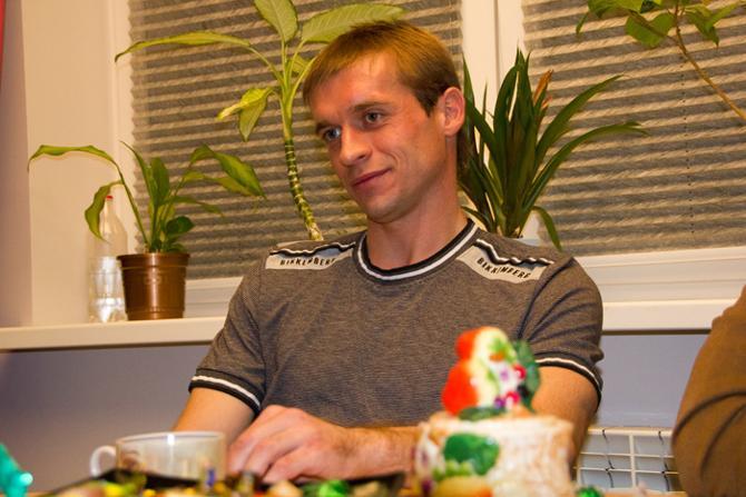 Кроме мяча Геннадий Близнюк виртуозно обращается еще и с пылесосом