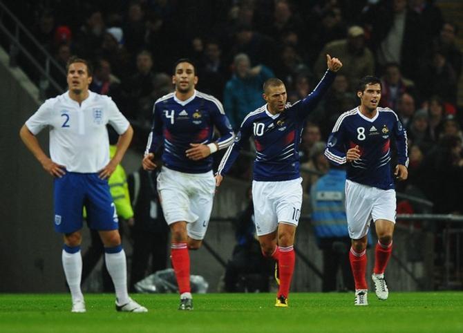 Карим Бензема празднует свой гол в ворота Бена Фостера.