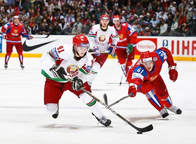 В матче с россиянами Кириллу удалось поиграть с Овечкиным и Ковальчуком, а на снимке он борется с Калининым