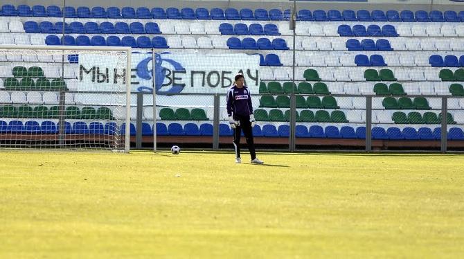 На столичном дерби «Динамо» с «Партизаном», прошедшим без зрителей, на пустом фататском секторе висел баннер «Мы недзе побач».
