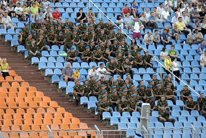 Трибуны в Беларуси не удается заполнить даже военными!