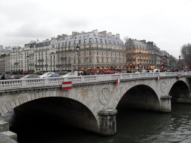 Париж завораживает, околдовывает и манит к себе обратно.