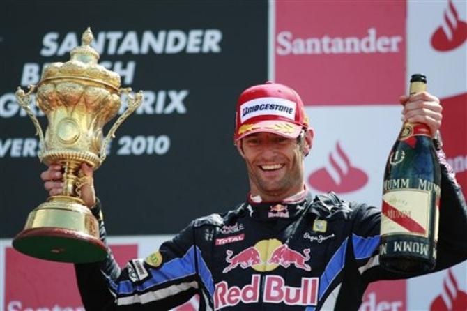 В правой руке Марка Уэббера Кубок, в левой - традиционная бутылка шампанского.