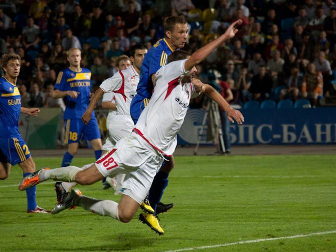 Артем Концевой наблюдает за тем, как мяч опускается в сетку